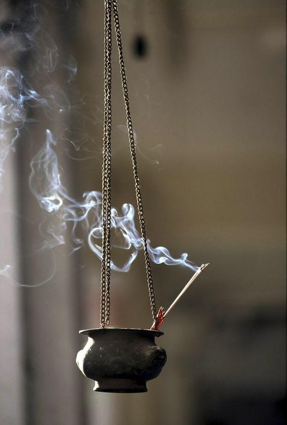 INCENSOS E SUAS PROPRIEDADES: LARANJA - Anti-stress, eleva o astral, purificante, alegria | LAVANDA - Stress, Amor, sorte e dinheiro | LIMÃO – Alegria, Amor | LÍRIO - Tranquilidade, processo de criação, gestação, nascimento, pureza | LÓTUS - Pureza, favorece a determinação, tranquilidade, comunhão espiritual, amizade, sorte e vida longa | LUA - Bons sonhos, sensualidade e prazer | MAÇA-VERDE - Memória e o raciocínio, trabalhos intelectuais, clareia as idéias, paixão.