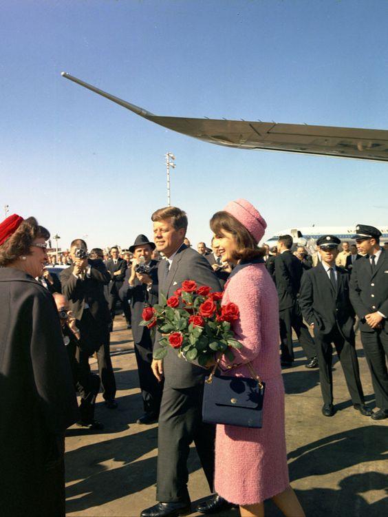 John F. Kennedy et Jackie Kennedy lors de leur arrivée à Dallas, le 22 novembre 1963.