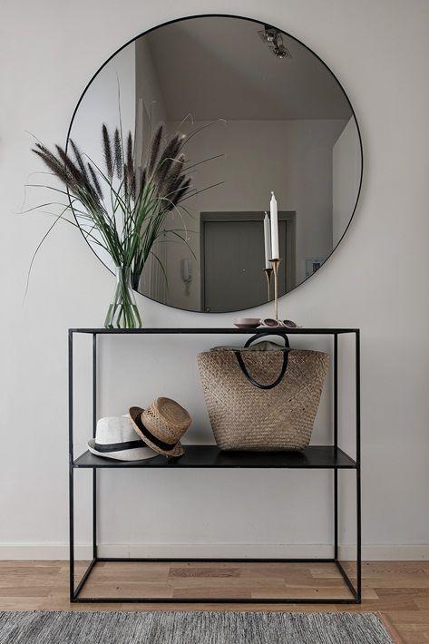 Découvrez toutes nos astuces pour décorer une petite entrée. #déco #petite #entrée #espace #miroir #console #tendance #style #design #banc
