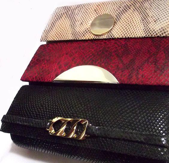 Clutches modelo baguete, em tecido com estampa brilho animal print phyton (cobra) nas cores marfim, vermelho e preto. Aplicação de metais folheados.