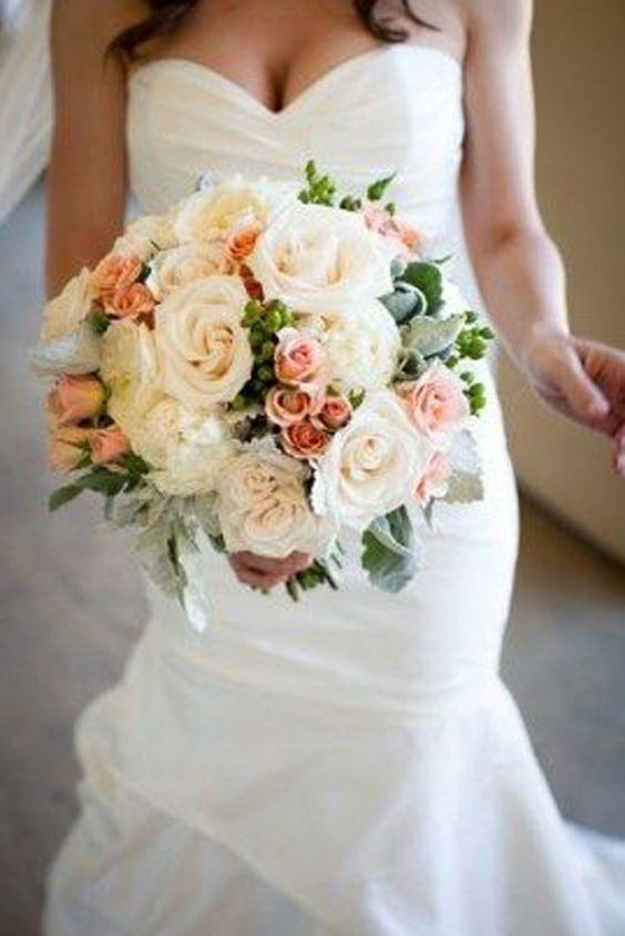 Bouquet de roses blanches et corail
