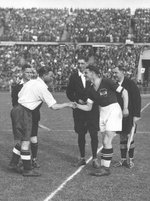 Kapitän des Wunderteams und der Wiener Austria: Walter Nausch (rechts), Länderspiel gegen England (2:1), am 6. Mai 1936 im Wiener Praterstadion