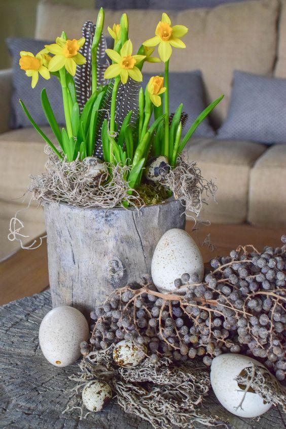 DIY Dekoidee für Ostern: Osterdeko für Tisch und Sideboard mit Eiern, Moos und Narzissen. Wachteleier, Natürliche Osterdeko, Dekoidee fürs Wohnzimmer.