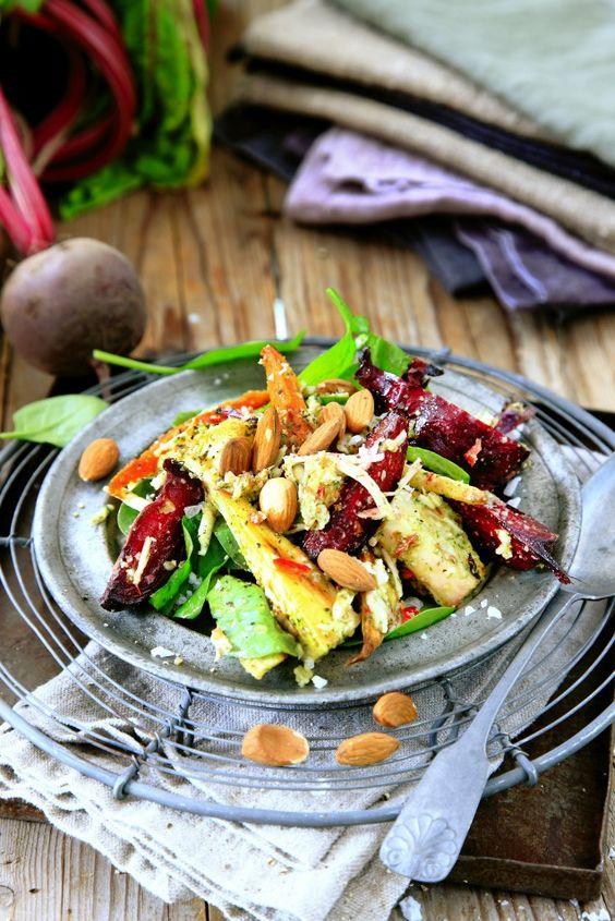 Rostade rotfrukter hör verkligen hösten till. Tillsammans med en härlig mandel- och dillpesto, chili och den cypriotiska osten halloumi är den här varma salladen ett gott tillbehör till höstens alla härliga lammrätter.