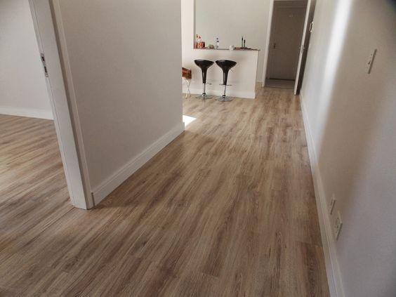 O piso laminado usado foi o Savoy, da Durafloor - linha Nature (coleção 2013) O rodapé também é da durafloor e tem altura de 12c