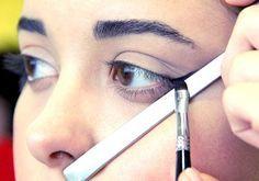 Maquiagem do olho com ajuda da colher