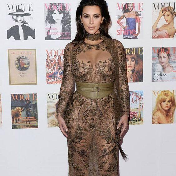 Kim Kardashian nous montre sa lingerie lors du Gala animé par le magazine Vogue.  Ce Gala honore les 100 ans du magazine.  What do you think about this outfit ?  #hot #vogue