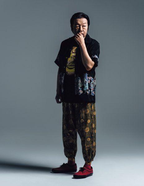 黒いジャケットに赤い靴を履いている古田新太の画像