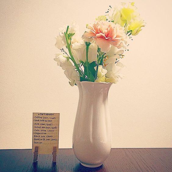 幸せのお花 〜ドリンクメニューを添えて〜  今日は大学の友達の結婚パーティーでした♡ 久しぶりに友達と会えて嬉し楽し^ ^ 日帰り名古屋だったから今度はゆっくり遊びに行きたいなー!  来月も東京で結婚式があってまた今日のメンバーで集まれるからすごく楽しみ(*・ω・) #花 #装花 #ドリンクメニュー