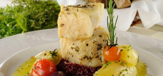 Bacalhau no azeite com arroz vermelho. Prepare em casa este prato com apresentação super bonita sugerido pelo restaurante paulistano Brie Restô.