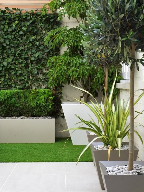 Small courtyard with artificial turf ideas for the house for Contemporary garden grasses