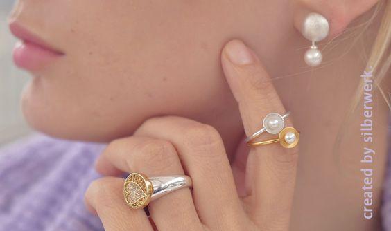 Verliebt in feine Details? Hier sind kleine Perlen, glitzernde Pavées, Gold und Silber spielerisch leicht kombiniert: RING DING ONE TOP, RING DING Ohrringsystem und der feine PERLZEIT-Ring. Schickt uns gerne mal ein Bild von Euren Lieblings-Silberwerk-Schmuckmix :-)    https://www.silberwerk.de/katalog/137-ring-ding-one-top     https://www.silberwerk.de/katalog/2003-ohrsystem     https://www.silberwerk.de/ringding/8305119-perlzeit-ring-silber-8-5mm-perle-4mm