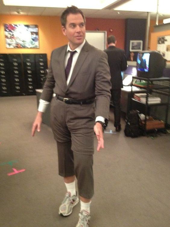 Tony poté, co zastavil vlnu, aby zabránil poškození těla, s půjčenými kalhotami od Duckyho