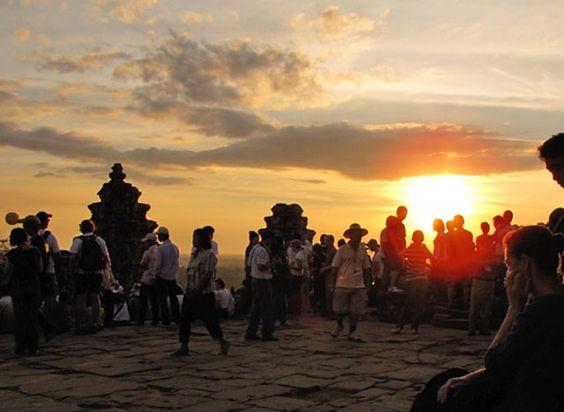 Vào mùa du lịch ngôi đền trở thành điểm ghé thăm của nhiều du khách nước ngoài