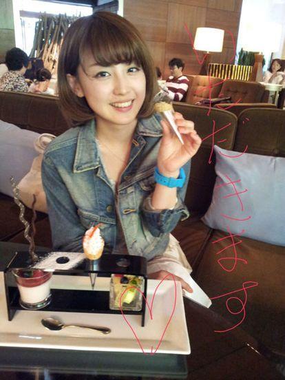 アイスを食べる宮司愛海