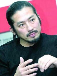 ストライプトップスの真田広之