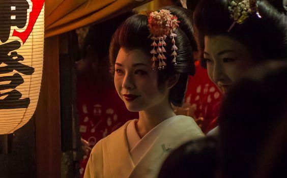 Las geishas son profesionales del entretenimiento que distraen a quien las contrata con distintas artes y destrezas. Entre sus herramientas más preciadas se encuentran sus habilidades de conversación: les sirven para mantener la atención de sus patrones desde la primera impresión hasta, en ocasiones, hasta veinte o treinta años después; y hacen que sean requeridas […]