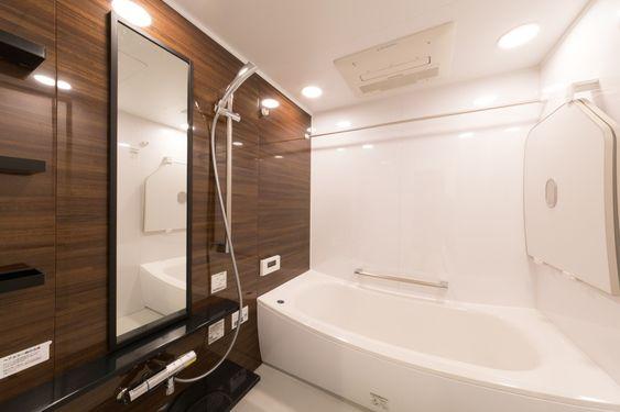 デニムやストッキングでこすると水垢がみるみる落ちる お風呂掃除のマル秘テク ママリ 画像あり 風呂掃除 風呂 お風呂