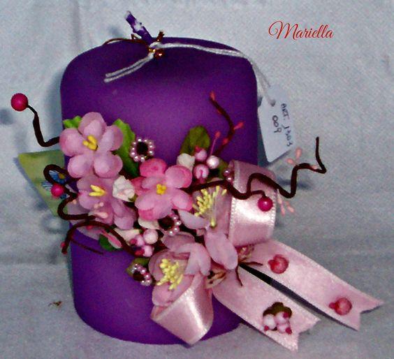 decorazione composta da : chiodi di garofano decorati con perline rosa, fiori di pesco, rametti con bacche e pistilli rosa, farfallina.