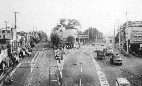 1969年(昭和44年)瀬田交差点から国道246号(右)と玉電軌道(左)を ...
