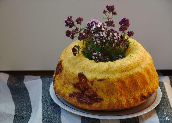 Marmorkuchen aufgepimpt {mit Sauerrahm, Marmeladenswirl und Blumensträußchen inside}