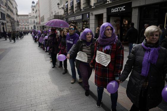 La cadena humana feminista de este 8 de febrero en Preciados. OLMO CALVO