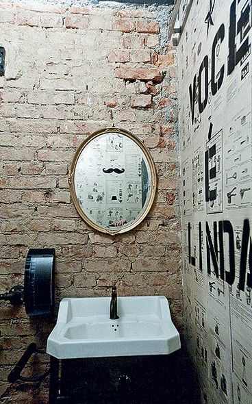 Tijolos à vista fazem bonito também no banheiro. A hamburgueria Butcher's Market foi inspirada em Nova York e por isso tem paredes descascadas. Colagens de antigas propagandas e folhas de revista também compõem a decoração.
