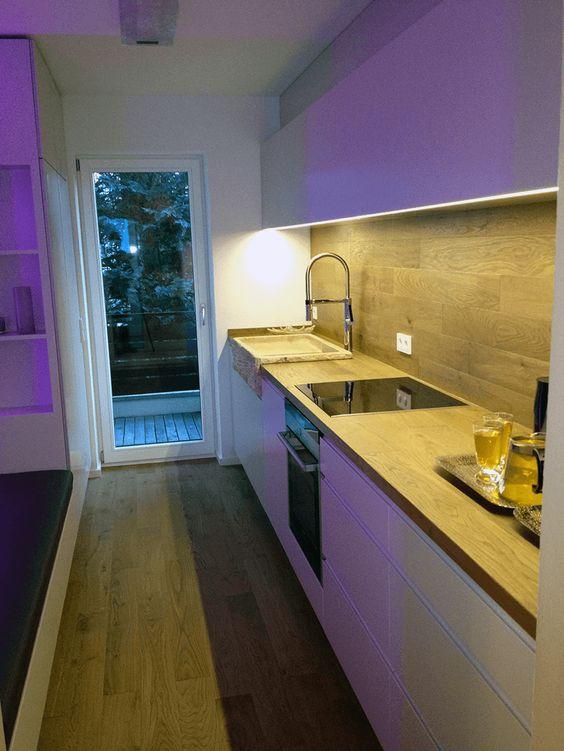 Art Parkett Stelzl - Landhausdiele Eiche mit Küchenrückwand - glasrückwand küche beleuchtet