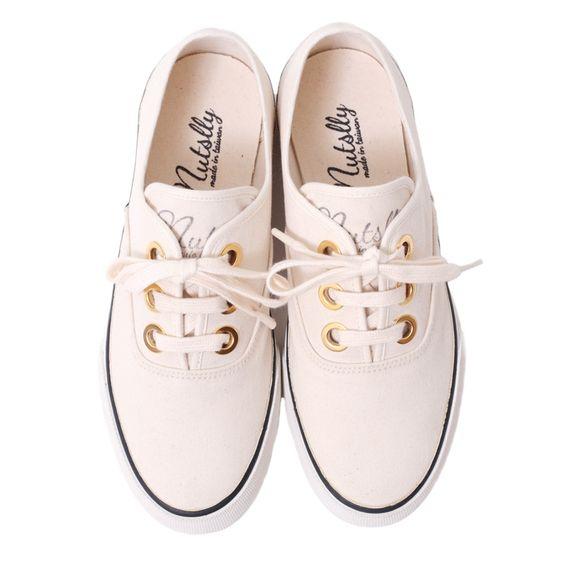 【nutsllyナッツリー】 FOLKY NATURAL ゴールドのアイレットがおしゃれなショートレーススニーカーです ベーシックなデザインだから幅広いコーディネートに着用していただけます。  #nutslly #sneaker #shoes #love #cute #giri #fashion #ナッツリー #スニーカー #シューズ