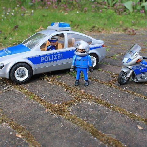 Was wir morgen machen werden? Eine Polizeiwache besichtigen, im Einsatzauto Verbrecherjagd spielen, beim Polizeikasper in der ersten Reihe sitzen und, wenn wir dürfen, Polizeihund Rawen streicheln. Das Programm vom Tag der offenen Tür der Polizeiwache Stellingen am Sonntag 24. April bietet alles, was die Herzen kleiner Polizei-Fans höher schlagen lässt. Seid Ihr auch dabei? Details gibts auf dem Blog. #hamburg #stellingen #polizei #polizeihamburg #tagderoffenentür #polizeikasper…
