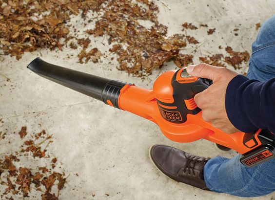 Soprador Power Command Power Boost 18V GWC1820PC Gama Power Command. Power Boost: Mais km/h com o premir de um botão. Basta premir o botão Power Boost para limpar detritos resistentes.  O desenho eficiente oferece uma limpeza fácil a um máximo de 209 km/h, para resíduos de superfícies duras como pátios, coberturas, passeios, calçadas e garagens.