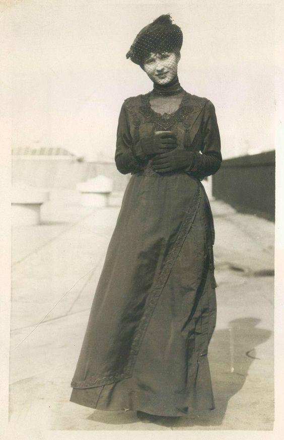 thehystericalsociety:  Press photo - c. 1900s - (Via)