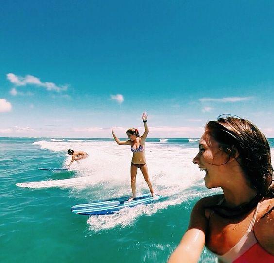 3人の女性サーファー