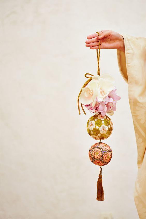 「和装」のブーケは手まりや枝物を使って作る変わり種でいかが?和装といえば小花のボールブーケですが、応用として三連に。下のふたつには加賀手毬。手毬は、その形状から、円満な家庭を築く幸福のシンボルとして嫁入り道具にもなっていたということや、一本の糸でぐるぐる巻いてあり縁が切れないなど、とにかく縁起が良く、婚礼にはぴったりのアイテムかも♪