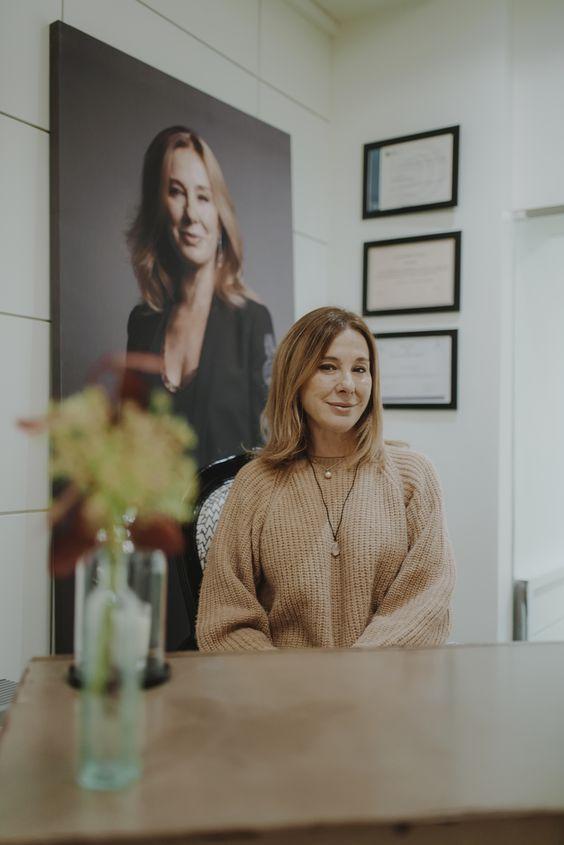 cristina galmiche en su centro con una foto suya detrás de ella