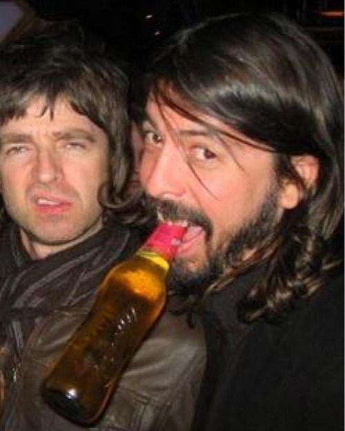 Noel Gallagher & Dave Grohl... dos de los que me gustan juntos. Pero Noel, te sigo amando (no más que a Cerati xD)