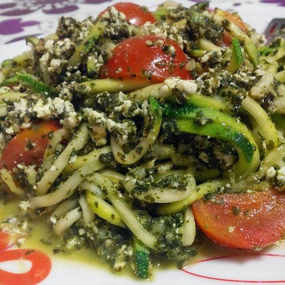 Saudável como um pero: Curgete al pesto de espinafres e amêndoas com requeijão e tomate cherry