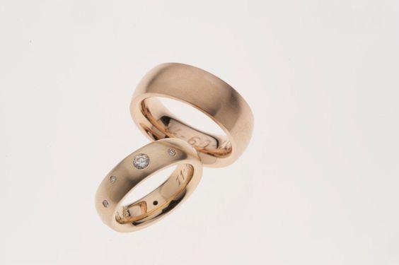 Trouwringen geheel gemaakt van oud goud van de klant. Ook de diamanten komen uit de antieke ringen van de klant.