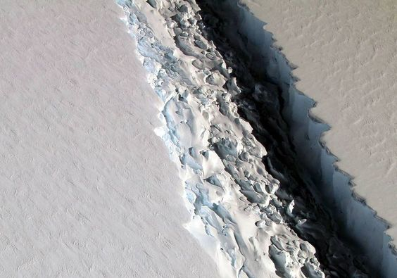 70-mile-long crack develops in Antarctic ice shelf