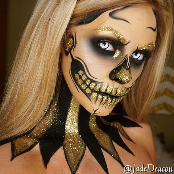 Another picture of my glitter skull Products: •Face: @maccosmetics NC30 •Brushes: Sigmabeauty brushes •Brows gold glitter from art&hobby shop •Eyes: @meltcosmetics dark matter all over + Mac goldmine with glitter on the inner corner •teeth/nose used @ingl
