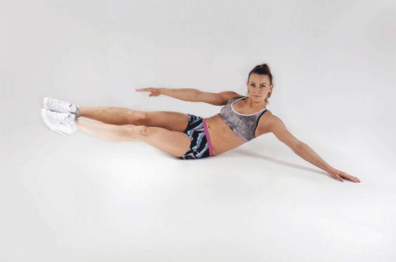 """1.Ćwiczenie na """"boczki"""" – poleca Kasia Bigos  Pozycja wyjściowa: usiądź i przenieś ciężar ciała na jeden pośladek. Następnie unieś proste nogi nad ziemię. Oprzyj się delikatnie jedną ręką o podłoże, by ułatwić sobie złapanie równowagi. Następnie ugnij nogi w kolanach i przyciągnij do klatki piersiowej. Powtórz 15 razy i zmień stronę."""