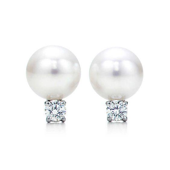 Tiffany Signature™-Ohrringe, 18Karat Weißgold mit Akoya-Perlen und Diamanten. | Tiffany & Co.