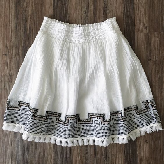 HPJ.Crew tassel skirt NWOT! This gorgeous skirt is perfect for the warmer months. The elastic waist gives this a flexible fit; I would say it could accommodate anyone from a XXS to S. J. Crew Skirts Mini