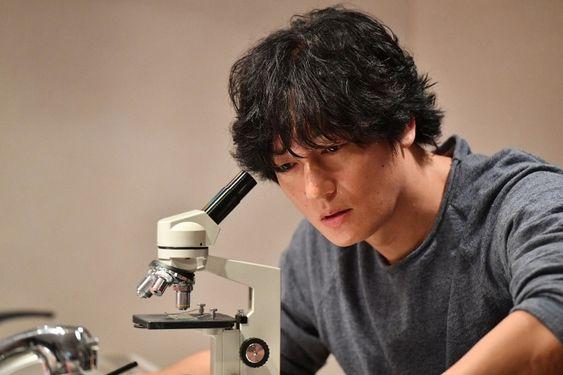顕微鏡をのぞいている井浦新のかっこいい画像