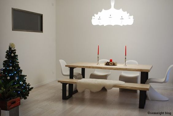 Dining Room / Sala da pranzo. Raw wood table / tavolo legno grezzo. Christmas decor / Decorazioni Natale. Lampadario / Lamp Zeppelin by Flos. ©Seaseight Blogger House http://seaseight.blogspot.it/2014/01/my-new-house-chronicle-lampadario-flos.html