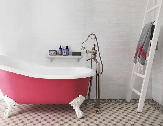 De bekleding Element Mineral Pure White biedt een verleidelijk alternatief voor wandtegels, ideaal voor de badkamer. Zijn motieven combineren puur wit met glanzend parelmoer, voor een elegant, licht resultaat. Element Mineral Pure white is 100% waterdicht, zelfs onder het spatten van de douche.