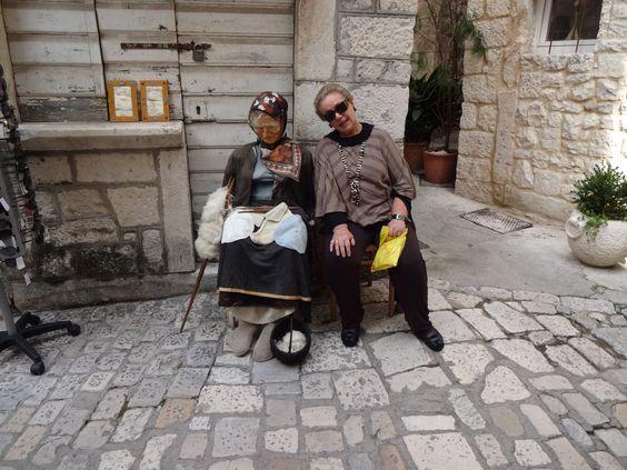 Vovó tricotando-ruas de Trogir-Croácia
