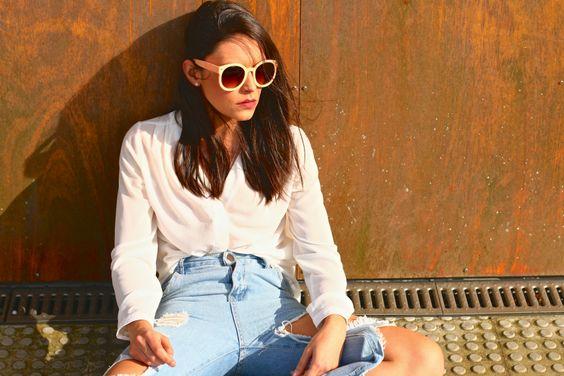 Look #casual con jeans rotos, zapatillas #NewBalance y camisa blanca. | http://bit.ly/1YkRLNk
