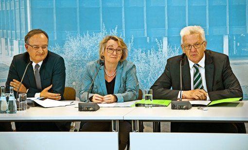 """Kultusminister Andreas Stoch (SPD), Wissenschaftsministerin Theresia Bauer und Ministerpräsident Kretschmann (beide Grüne) mussten die Gemüter beruhigen, nach dem die Fraktionen das Zukunftspapier """"Gymnasium 2020""""   kritisiert hatten. Foto: dpa http://www.stuttgarter-zeitung.de/inhalt.schulreformen-in-baden-wuerttemberg-kretschmann-steht-zum-gymnasium.c799639d-2842-49ee-b93d-f35f3e26362c.html"""