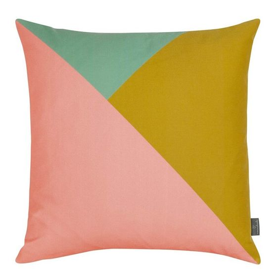 Kissenhülle inklusive Füllung.Die Kissenhülle ist aus weichem Baumwollsatin mit verdeckt eingenähtem Reißverschluss.Ob auf dem Stuhl, dem Sofa oder auf dem Bett, die MEINE LIEBE Kissen sind ein Blickfang für Euer Zuhause.Die Kissen lassen sich super mit weiteren Formen und Farben aus der Kollektion kombinieren.Größe: ca. 50x50cm::Material:Kissenhülle: 100% Baumwolle nach Öko-Tex Standard 100Kissenfüllung: Gänse- und Entenfedern nach Ökotex-Standard 100::Pflegehinweis: 30° Schonwaschgang